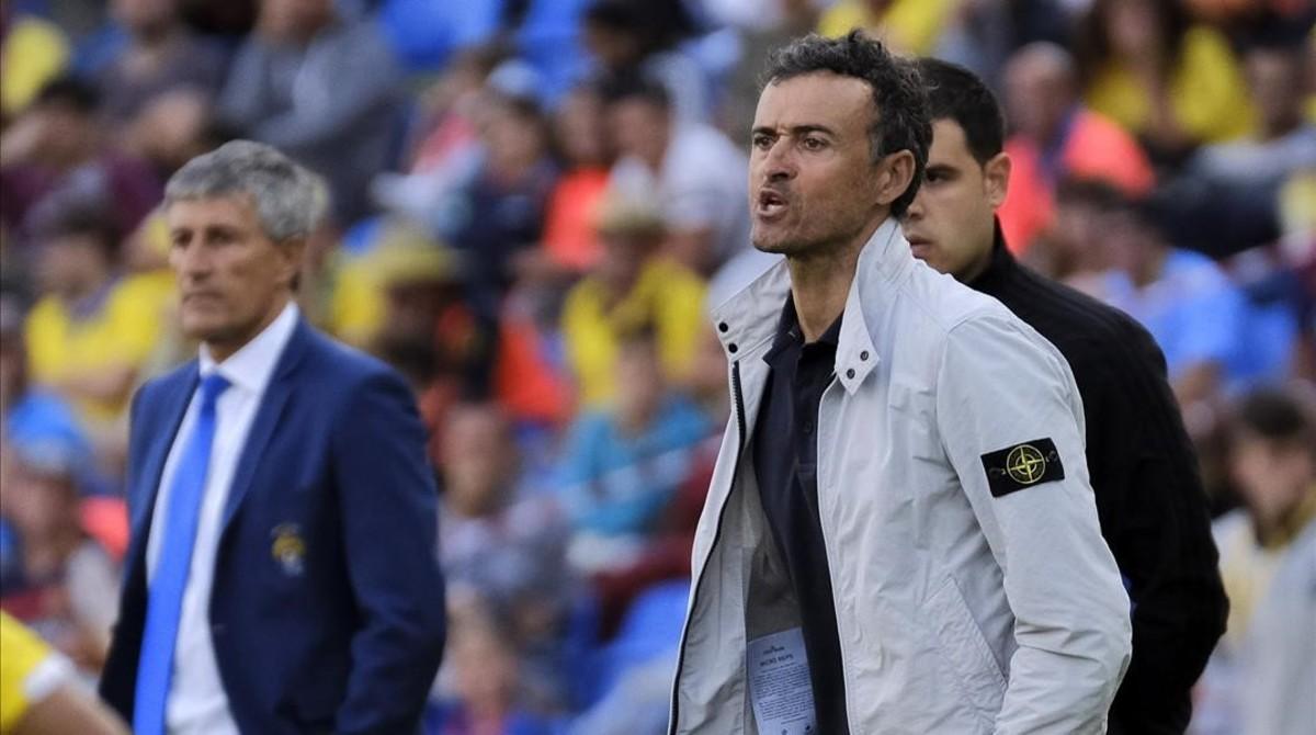 Quique Setién y Luis Enrique observan el Las Palmas-Barça en el estadio Gran Canaria.
