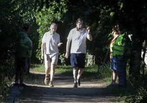 Mariano Rajoy i un amic passegen per Ribadumia (Pontevedra), abans d'atendre el president del Govern els mitjans de comunicació.