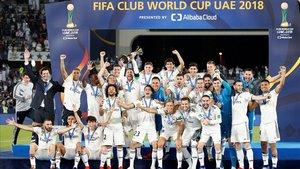 El Real Madrid celebra el triunfo en Abu Dabi en el Mundial de Clubs.