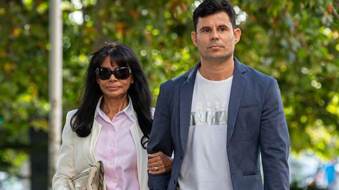 Se reanuda el juicio por la paternidad de Julio Iglesias a puerta cerrada. En la foto,Javier Sánchez-Santosy su madre, antes de entrar en el juzgado.