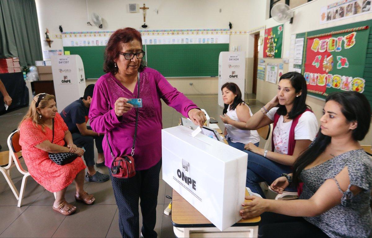 Sobre la reelección de parlamentarios, el 85,2 por ciento de votantes apoyó la propuesta para prohibir la reelección inmediata.
