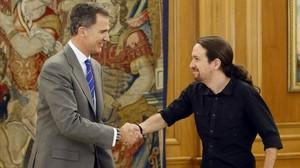 El Rey y Pablo Iglesias, en la audiencia del líder de Podemos este lunes en la Zarzuela.