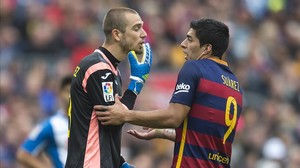 Pau López se encara con Suárez en un derbi de la pasada temporada.