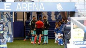 Busquets y Piqué conversan con el árbitro Alberola Rojas antes del partido.