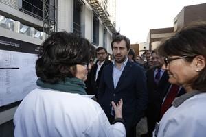 El conseller de Salut, Antoni Comín, conversa con el personal sanitario de un CAP, en febrero del 2016.