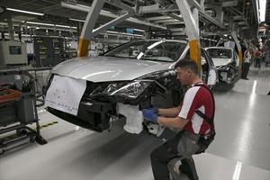 Un operario de Seaten la cadena de montaje del modelo Ibiza en la fábrica de Martorell.