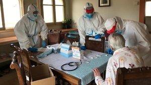 Els cuidadors de residències catalanes hauran de tenir protecció i fer-se tests, per decisió judicial