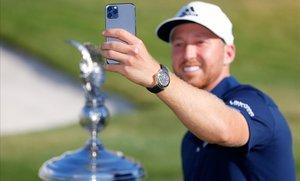 Daniel Berger se autofotografía con la copa conquistada en Texas.