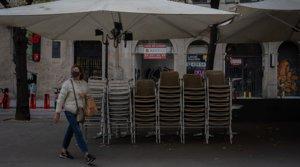 Sillas y mesas recogidas, en la terraza de un bar de la rambla de Catalunya cerrado, el pasado 20 de octubre.