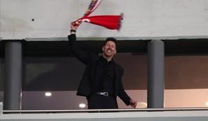 Simeone celebra en uno de los palcos del Wanda la clasificación del Atlético