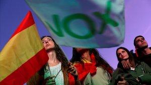 Simpatizantes de Vox en la noche electoral.