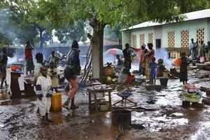 XKL07 BOUCA REPUBLICA CENTROAFRICANA 28 11 2013 - Fotografia facilitada por la organizacion humanitaria Medicos Sin Fronteras MSF hoy jueves 28 de noviembre de 2013 que muestra a un grupo de refugiados en un campamento de Bouca Republica Centroafricana el pasado 14 de octubre El pais sufre una intensa crisis desde el golpe de Estado del pasado mes de marzo perpetrado por la coalicion rebelde Seleka que se alzo en armas contra el Gobierno al considerar que el entonces presidente Francois Bozize no habia respetado unos acuerdos de paz firmados en 2007 Segun denuncia MSF en un comunicado los enfrentamientos en la ciudad de Bouca en el noroeste de la RCA han provocado una oleada de desplazados que se hacinan en iglesias y mezquitas o huyen a la selva donde carecen de las condiciones minimas para la supervivencia EFE Juan Carlos Tomasi Medecins Sa SOLO USO EDITORIAL PROHIBIDA SU VENTA