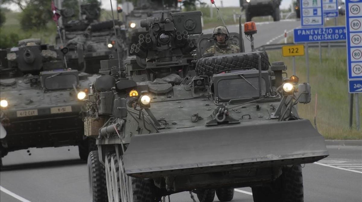 Soldados estadounidenses cruzan la frontera entre Lituania y Letonia, cerca de la localidad de Subate, durante los ejercicios de la OTAN.