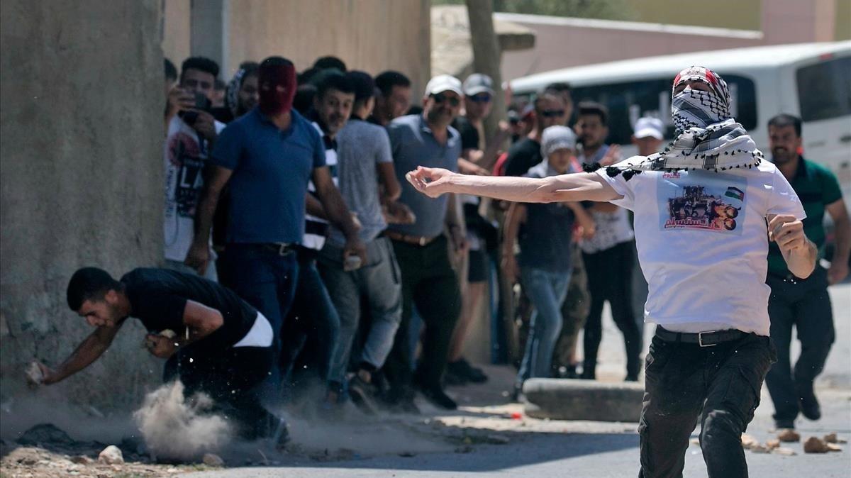 Soldados israelís durante una protesta de palestinos en un asentamiento.