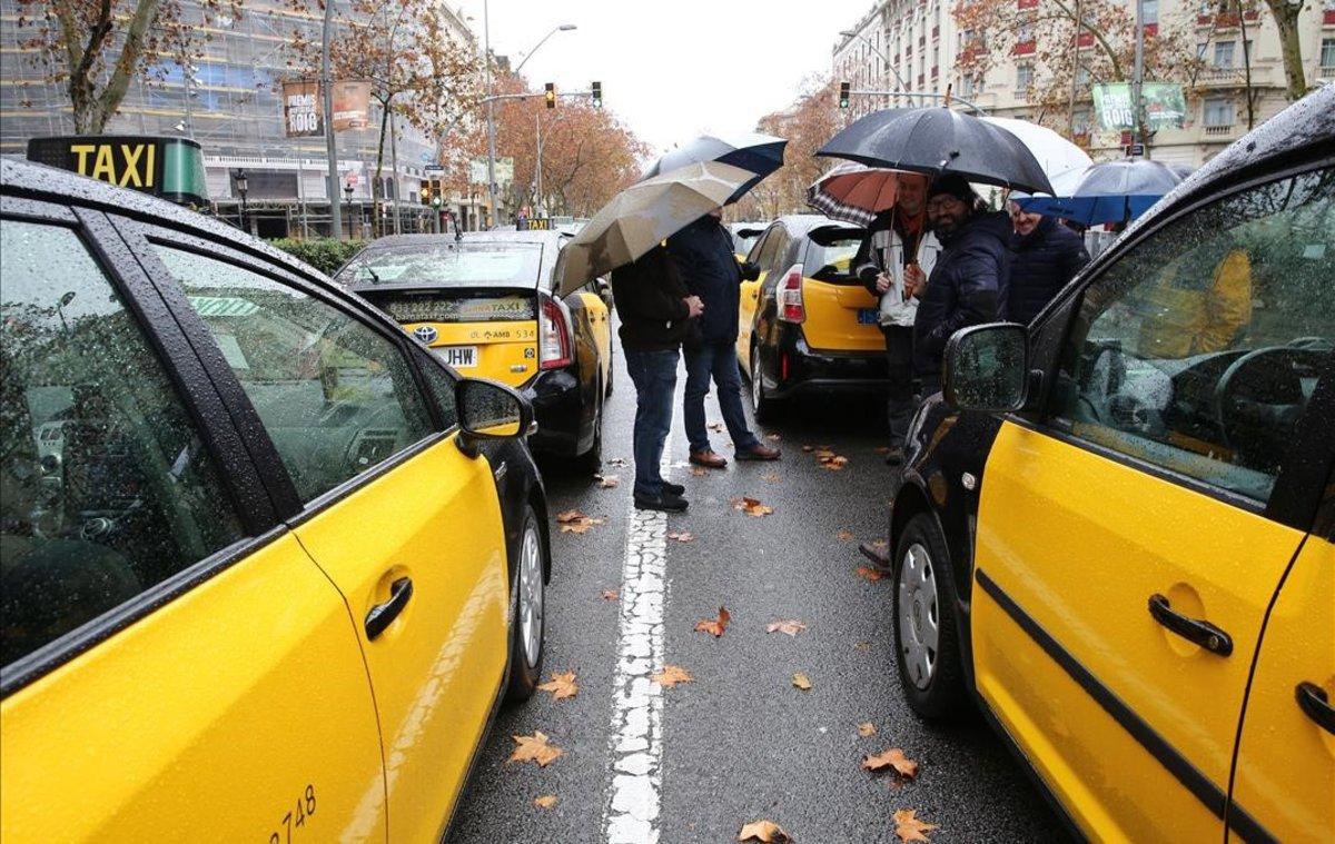 Taxistas en la Gran Via de Barcelona, en el tercer día de huelga.