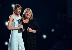 Taylor Swift recibe el premio de música country Milestone de manos de su madre, Andrea, en agosto del 2015.