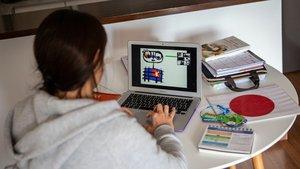 GRAFCAT5734. BARCELONA (ESPAÑA), 29/04/2020.- Ylenia, profesora de P3 en una escuela privada da clases en línea a sus alumnos usando una aplicación de videoconferencias , con la que puede ver e interactuar en directo con sus alumnos al mismo tiempo durante el estado de alarma decretado por el Gobierno por la crisis del coronavirus.EFE/ Enric Fontcuberta