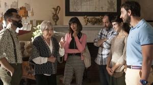 De izquierda a derecha, Berto Romero,Rosa María Sardà,Belén Cuesta,Karra Elejalde,Clara LagoyDani Rovira, en una escena de Ocho apellidos catalanes.