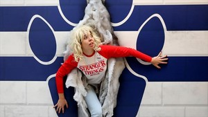 Una émula de Eleven traspasa la brecha del mundoal revés, en la exposición de Stranger Things de Barcelona.