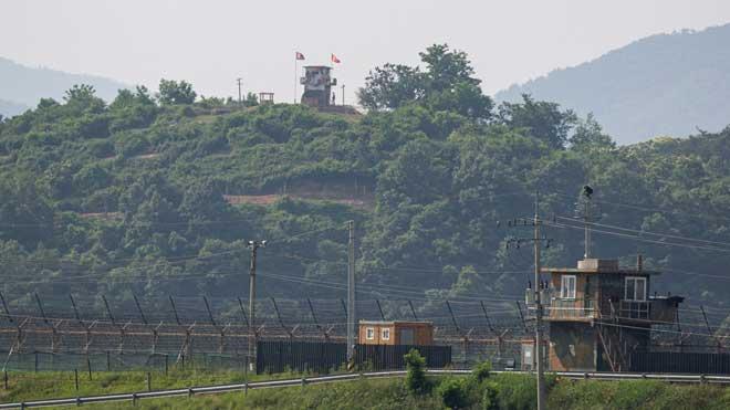 Tensión en Corea. Pionyang corta sus líneas de comunicación con Seúl. En la foto, dos torres de vigilancia, una en Corea del Norte y otra en Corea del Sur, en la frontera cerca de la localidad de Paju (Corea del Sur).