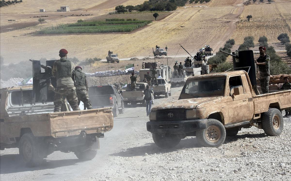 Tropas turcas se dirigen hacia la ciudad siria de Tal Abyad.