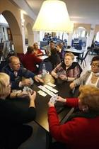Turistas del Imserso juegan a cartas en un hotel de Lloret.