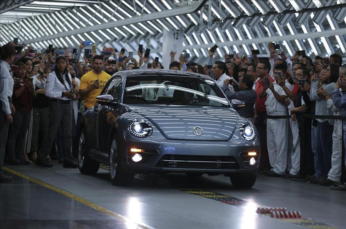 El último Volkswagen Escarabajosale de la planta de producción en Puebla, México.