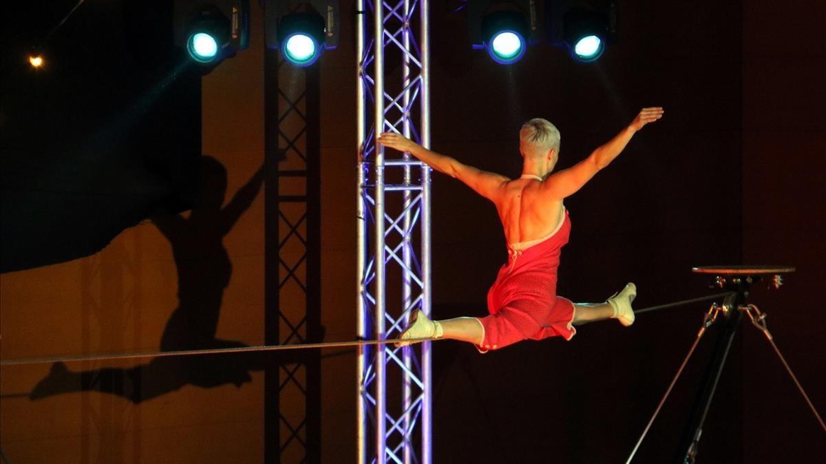 Una de las piezas del espectáculo circense de la Nit de Santa Llúcia, en Nou Barris.