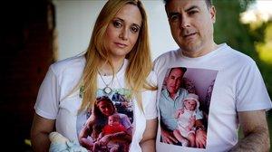 Natalia y Emilio, padres de Edgar, un bebé de cuatro meses que falleció por meningitis.