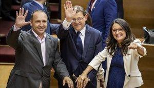 Los líderes de los tres partidos progresistas, con el relegido Puig en medio, se felicitan tras su investidura