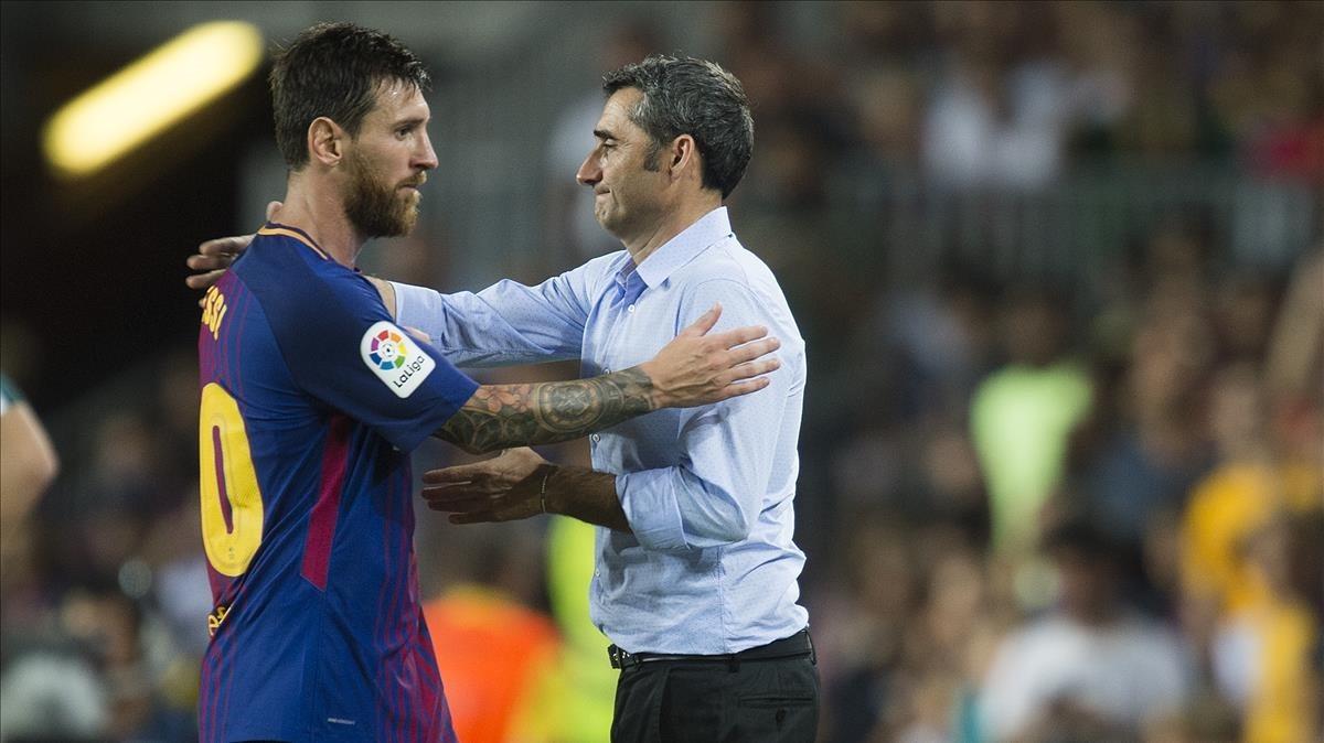Valverde y Messi se saludan tras la sustitución del delantero azulgrana