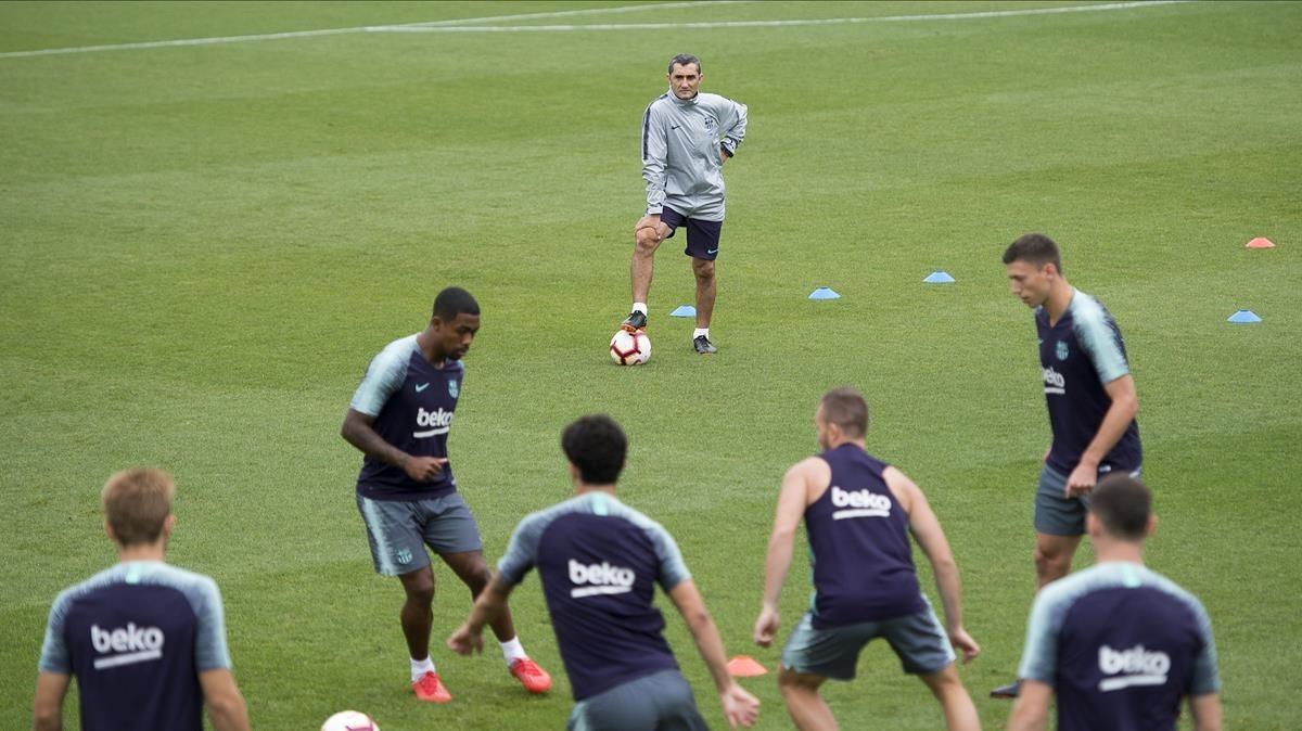 Valverde observa el rondo de sus jugadores antes del debut en la Liga ante el Alavés.