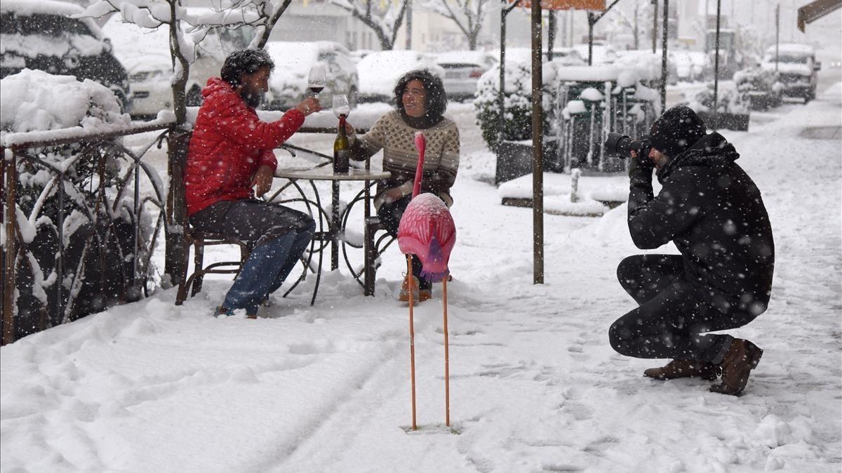Vecinos del municipio de Sort, en Lleida, disfrutando dela nieve.<