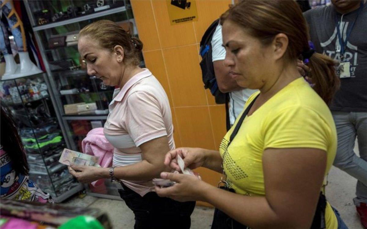 Mujeres en Venezuela haciendo compras en la calle.