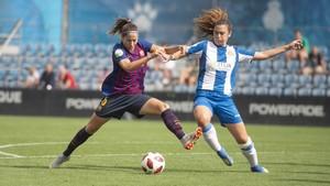 Vicky Losada defiende el balón ante Berta Pujadas.