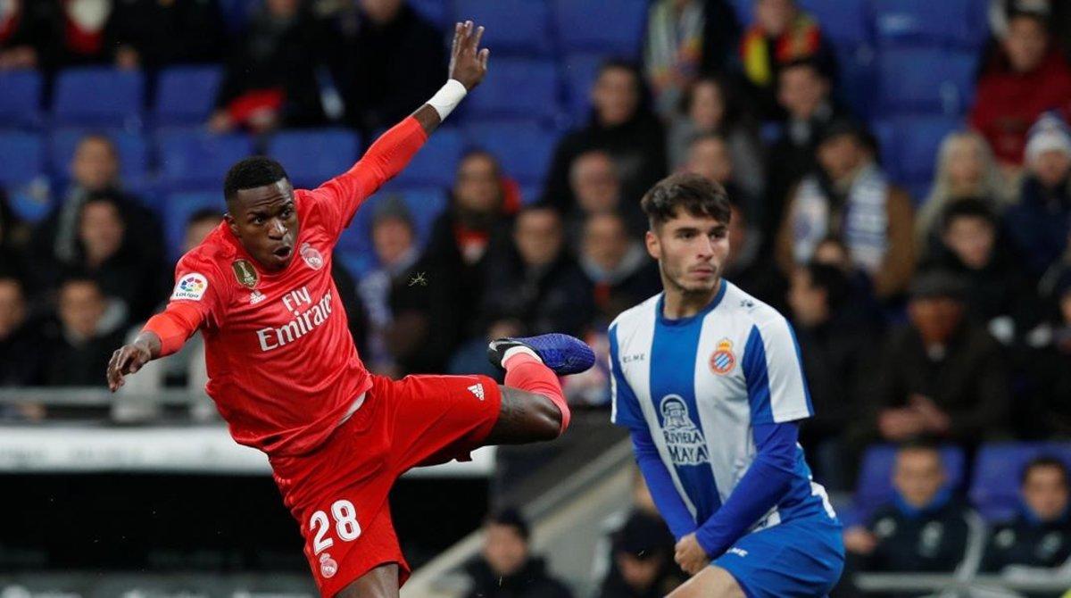 Vinicius remata esde fuera del área en el partido ante el Espanyol.
