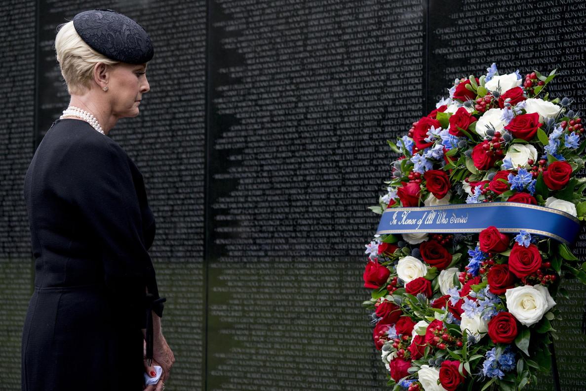 La viuda de McCain, Cindy, deposita una corona de flores en el memorial de los veteranos de Vietnam.