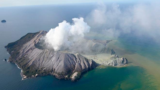 El volcán Whakaari en Nueva Zelanda entra en erupción.