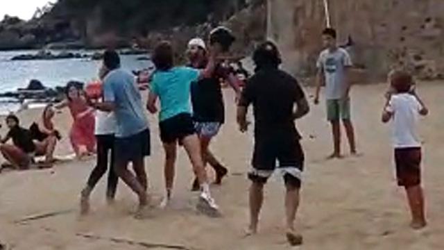 VÍDEO   La policia investiga un aldarull multitudinari a la platja de Llafranc