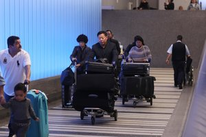 Los Angeles (United States), 21/01/2020.- Travelers arrive at Tom Bradey International Terminal at LAX serving Los Angeles, California, USA, 21 January 2020. According to reports, the Wuhan coronavirus has killed at least six and infected hundreds in China, with one confirmed case in the United States. (Estados Unidos) EFE/EPA/DAVID SWANSON