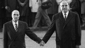 François Mitterrand y Helmut Kohl, durante un acto en homenaje de las víctimas de la primera guerra mundial celebrado en Verdún (este de Francia) el 22 de septiembre de 1984.