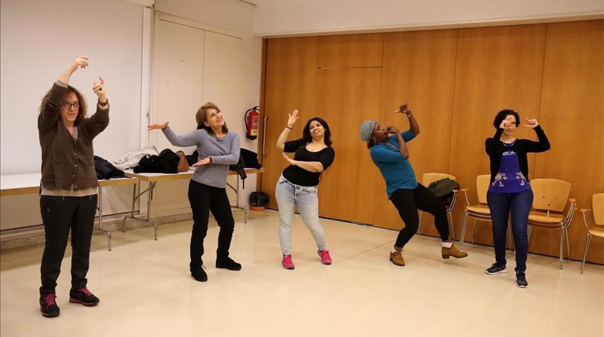 Un momento del taller de teatro social de la asociación Ítaca, en Collblanc, este jueves. A la derecha de la imagen, Amina.