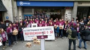 Militantes deArran, en el intento de ocupaciónde la sede del PP en Barcelona, el 27 de marzo.