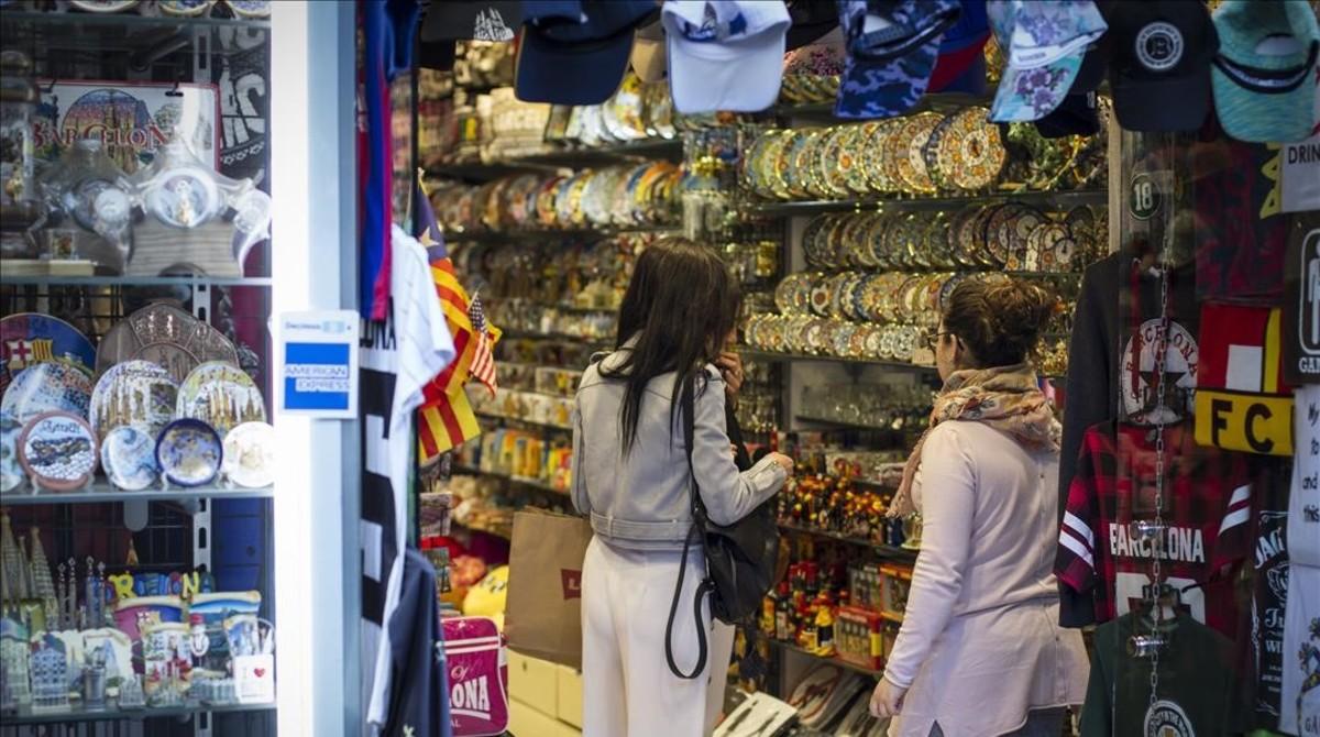 ee84b565398d Turistas miran suvenires en una tienda en Las Ramblas