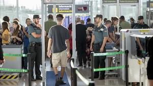 Guardias cicviles en el control de seguridad de pasajeros en la T-1 de El Prat, el año pasado.