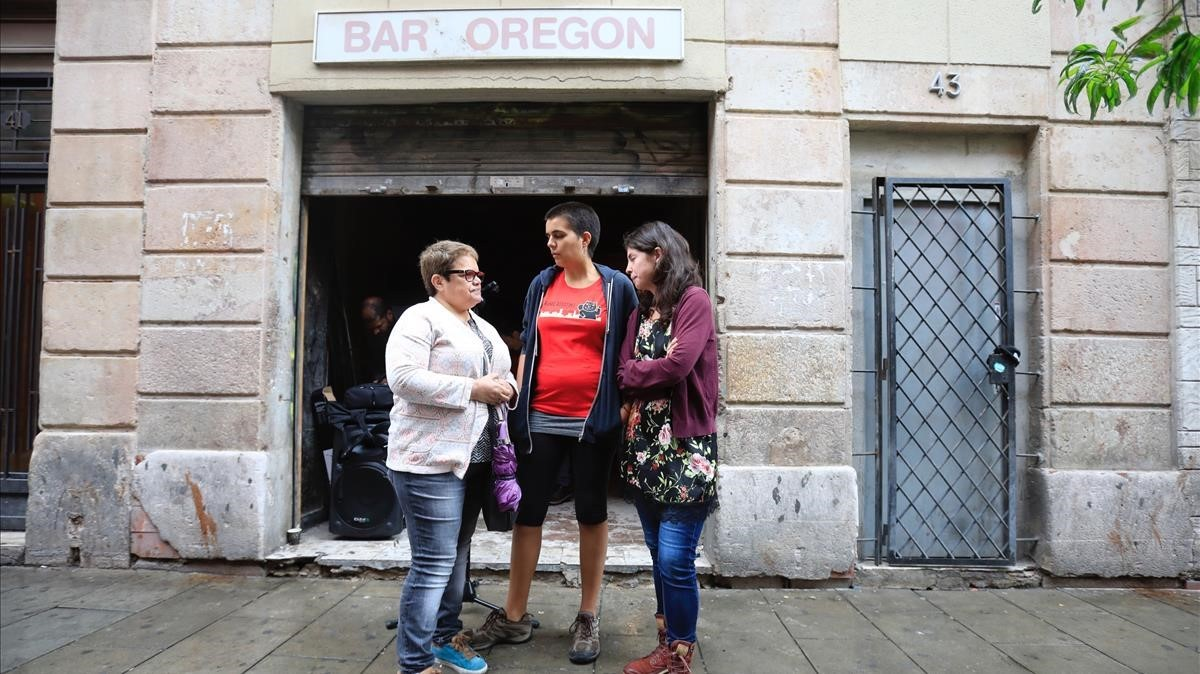 Janet, la primera por la izquierda, al lado de Oleart y otra participante en la comparencia de los ocupantes de Robador, 43, este viernes.