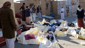 Los cadáveres de las personas muertas en el bombardeo en el norte de Yemen.