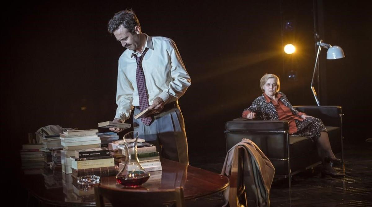 Pasqual Maragall (Òscar Intente) y Maria Aurèlia Capmany (Anna Güell), en una escena de Parlàvem dun somni.