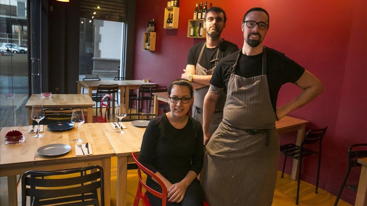 Romina Reyes, Héctor Barbero y Pau Pons (detrás), en una de las dos mitades de L'Artesana.