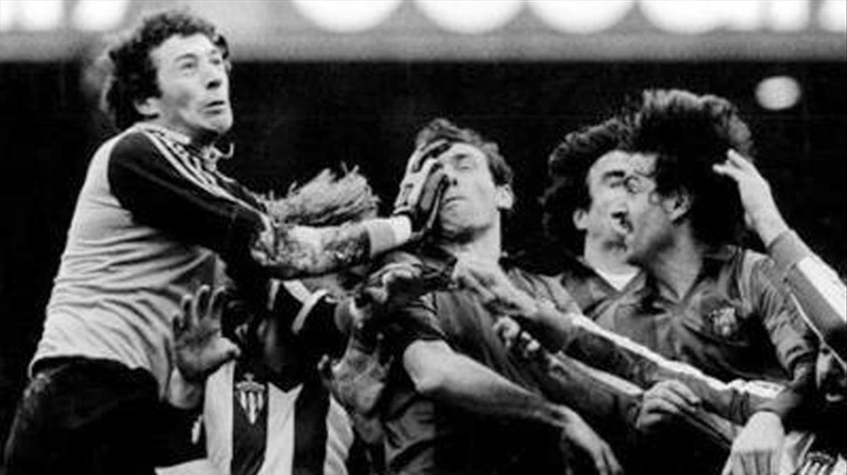 Jesús Castro defiende un ataque de su hermano Quini en un Barça-Sporting de los años 80.